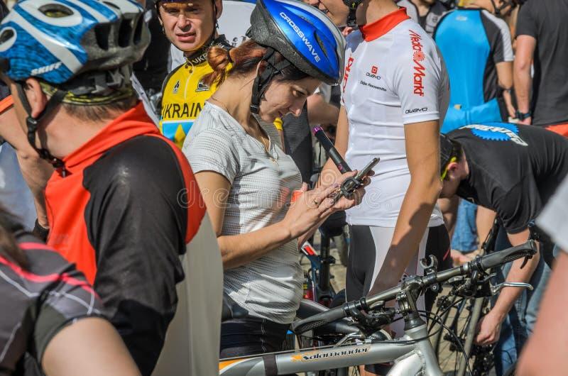 LVIV UKRAINA, MAJ, - 2018: Cyklista w bicykl formie robi selfie na telefonie przy rowerzystą bawić się w centrum miasta zdjęcia stock