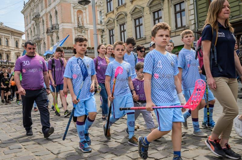 LVIV UKRAINA - MAJ 2018: Floorballlaget går till ståta i centret arkivfoton