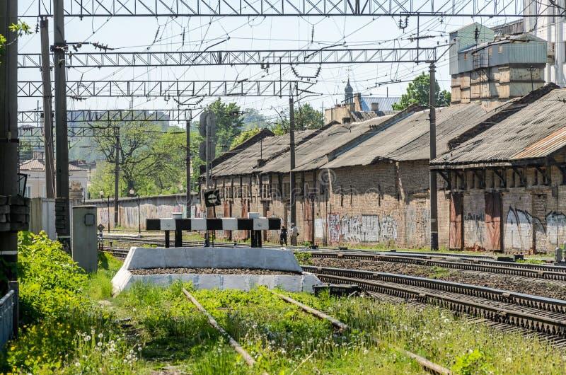 LVIV UKRAINA, MAJ, - 2018: Impas na poręczach stacja kolejowa obraz stock