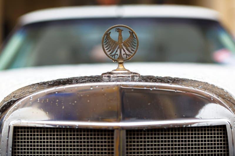 Lviv Ukraina - Maj 3, 2019: Logo av örnen på den gamla tappningbilen Phillips Berlina Coupe LVIV STADSDAG royaltyfri bild