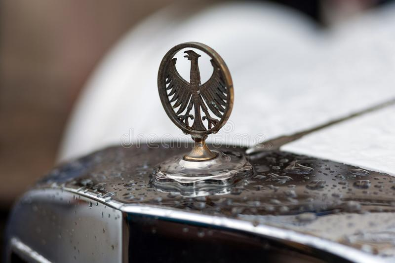 Lviv Ukraina - Maj 3, 2019: Logo av ?rnen p? den gamla tappningbilen Phillips Berlina Coupe LVIV STADSDAG royaltyfria foton