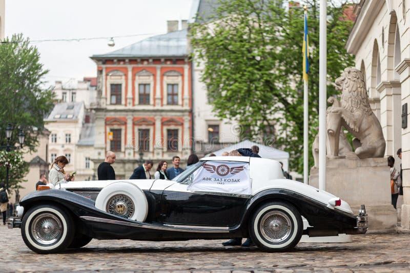Lviv Ukraina - Maj 3, 2019: Phillips Berlina för bil för LVIV STADSDAG lyxig retro kupé arkivbild