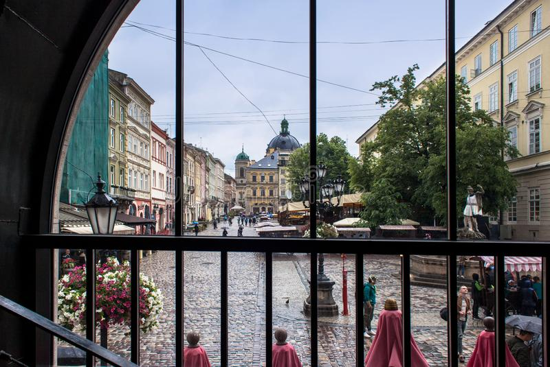 LVIV UKRAINA - Maj 18, 2018: Lviv stadssikt från fönster arkivfoto