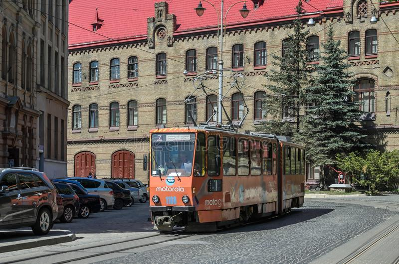 LVIV UKRAINA, MAJ, - 2018: Tramwaj iść przez starego miasta wśród samochodów fotografia stock