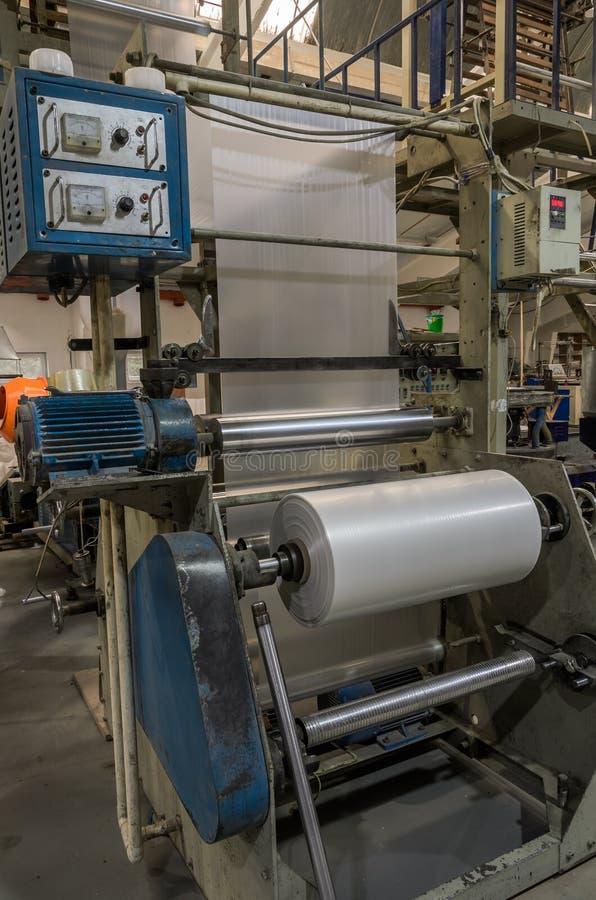 LVIV UKRAINA - NOVEMBER 2018: Stora industriella plastpåsar för maskin för tillverkning av på fabriken fotografering för bildbyråer