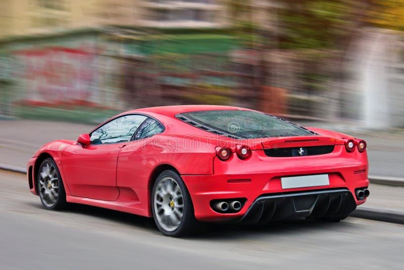 Lviv Ukraina Oktober 22, 2014, Ferrari F430 i rörelse rött supercar royaltyfri fotografi