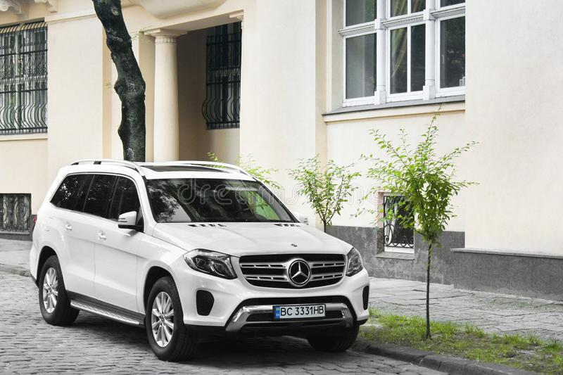 Lviv Ukraina - Oktober 25, 2018: Vita SUV Mercedes GL arkivbilder