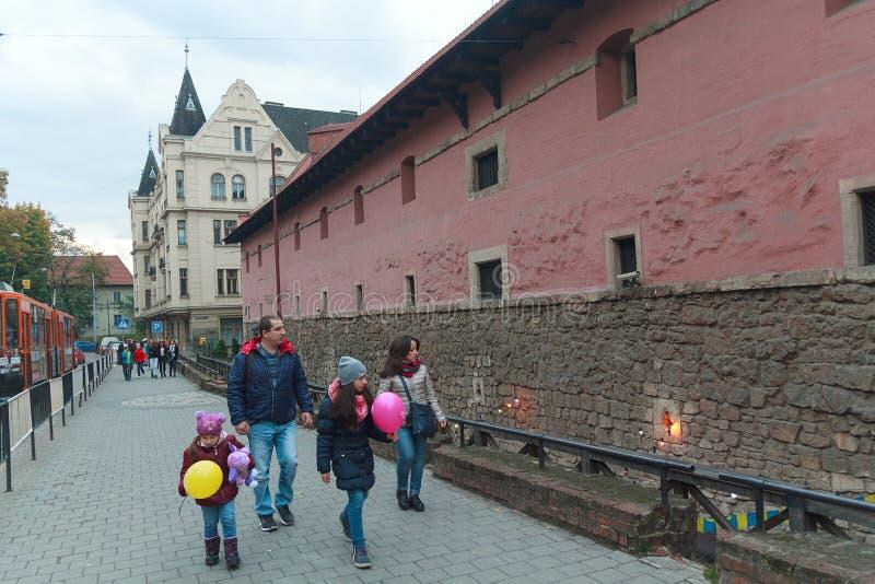 Lviv Ukraina, Październik, - 18, 2015: Mieszkanowie i turyści chodzi blisko broni muzealnych fotografia stock