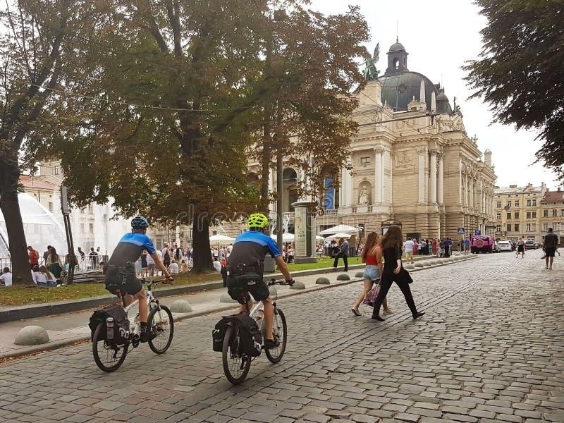 Lviv, Ukraina - sept 16 2018: Nowa urainskaya policja na bicyklach patroluje centrum stary miasteczko na swobody alei blisko Oper obraz stock