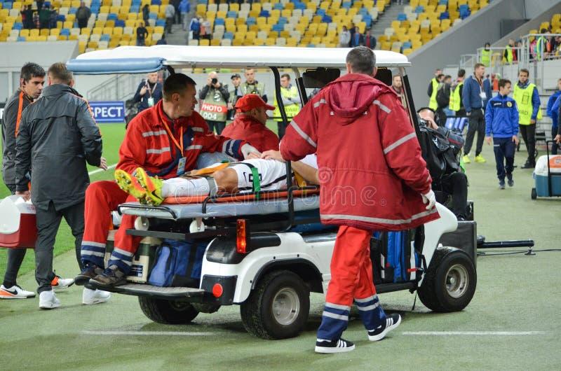 LVIV UKRAINA - SEPTEMBER 29: Ambulansen tar bort fotbollplaye arkivbild