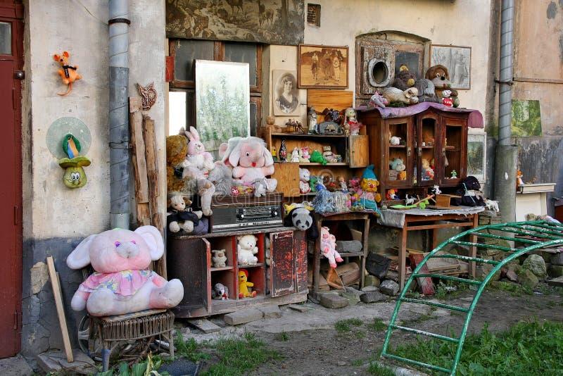 LVIV Ukraina - SEPTEMBER 28, 2014: Gården av borttappad leksaker i Lviv är ett frilufts- museum arkivfoton