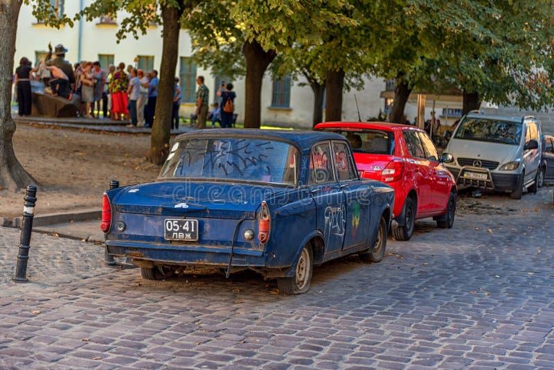 LVIV UKRAINA - SEPTEMBER 08, 2016: Lviv stad och gammal bil royaltyfri fotografi