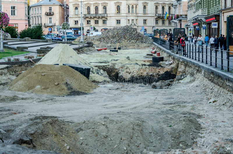 Lviv Ukraina - September 2015: Reparation av vägrekonstruktion på Liberty Avenue i Lviv royaltyfria foton