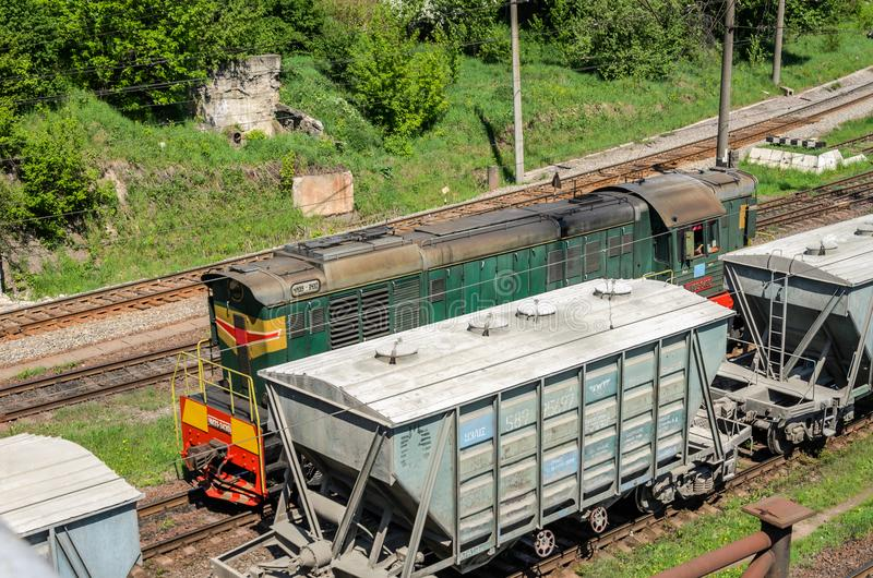 LVIV, UKRAINE - AVRIL 2018 : La gare ferroviaire sur laquelle il y a beaucoup de trains et de chariots de fret photo stock