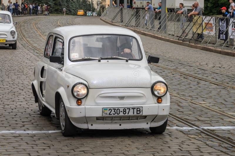 LVIV, UKRAINE - JUIN 2018 : Rétro voiture ZAZ de vieux vintage soviétique sur le défilé de voiture par les rues de la ville photographie stock