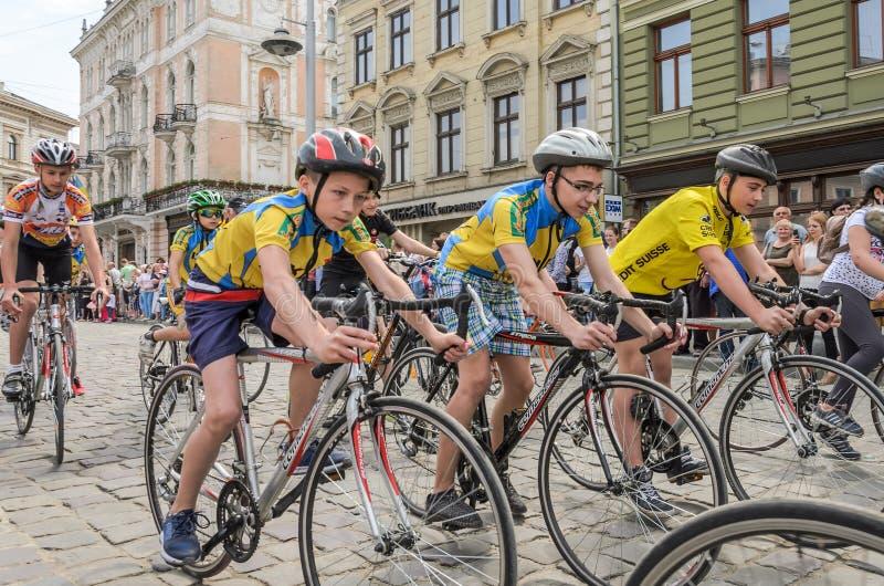 LVIV, UKRAINE - MAI 2018 : Tours de recyclage d'équipe de sports du ` s d'enfants au centre de la ville sur des bicyclettes penda photographie stock libre de droits