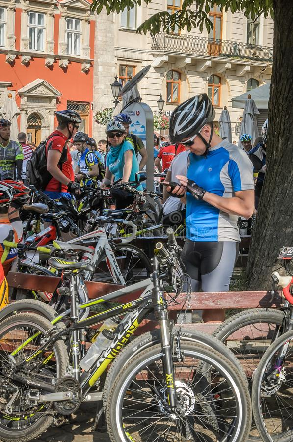 LVIV, UKRAINE - MAI 2018 : Un cycliste sous la forme de bicyclette fait le selfie au téléphone à un cycliste faire la fête au cen photos libres de droits