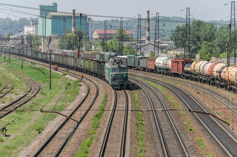 LVIV, UKRAINE - MAI 2018 : Un train de fret monte la gare ferroviaire photo stock