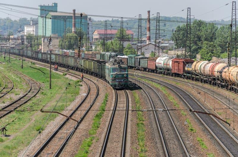 LVIV, UKRAINE - MAI 2018 : Un train de fret monte la gare ferroviaire photo stock