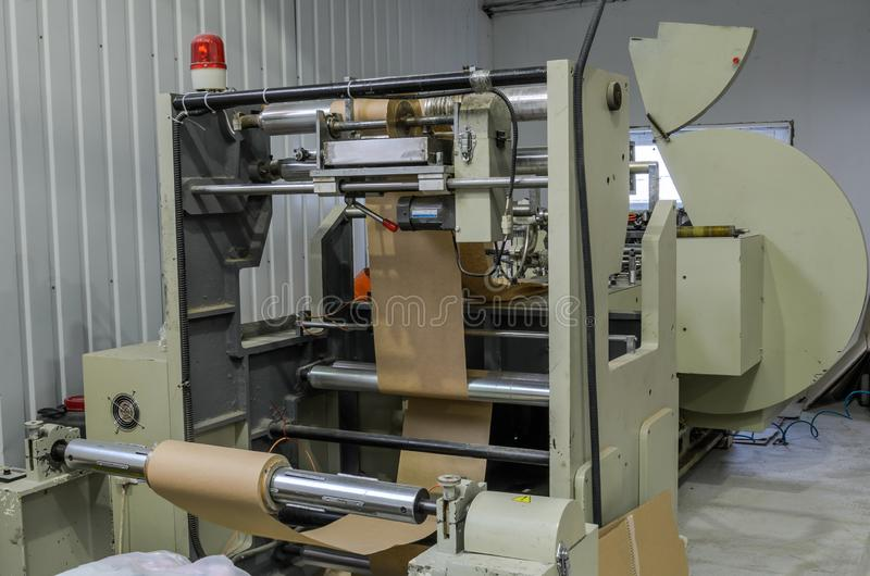 LVIV, UKRAINE - NOVEMBRE 2018 : Grand sac de papier faisant la machine à l'usine image stock