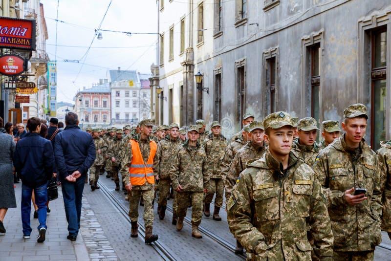 Lviv Ukraine - 30 octobre 2017 : Les citoyens flânent autour du paysage avec la place visuelle de l'indépendance d'agitation sur  photos stock
