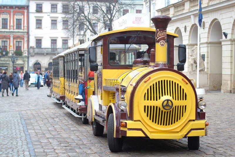 LVIV, UKRAINE - 2018 trains de voiture guidés au centre de Lviv, place du marché, Ukraine images stock