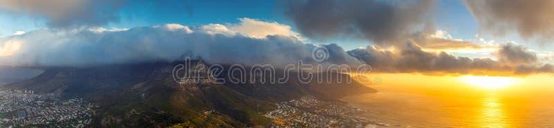 Lwa kierowniczy odgórny panoramiczny widok Stołowy góry i Kapsztad miasto przy zmierzchem zdjęcia royalty free