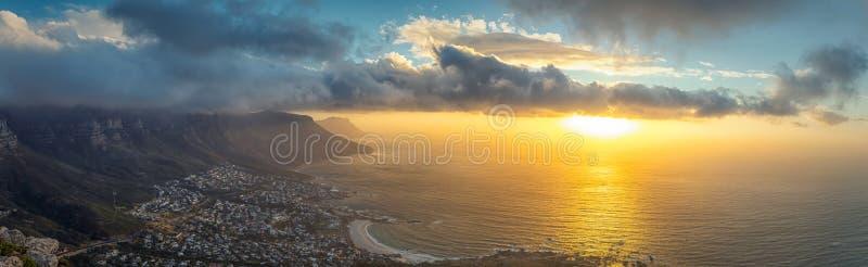 Lwa kierowniczy odgórny panoramiczny widok Stołowy góry i Kapsztad miasto przy zmierzchem obraz royalty free