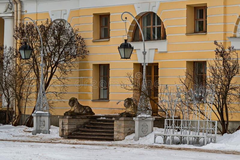 Lwy chroni wejście pałac odchodowy Pavlovsk zdjęcia stock