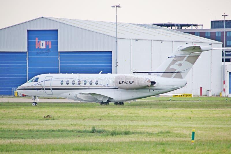 LX-LOE Beechcraft Hawker 4000 aeronaves do grupo de voo Luxemburgo no Aeroporto de Roterdão, Haia fotos de stock royalty free