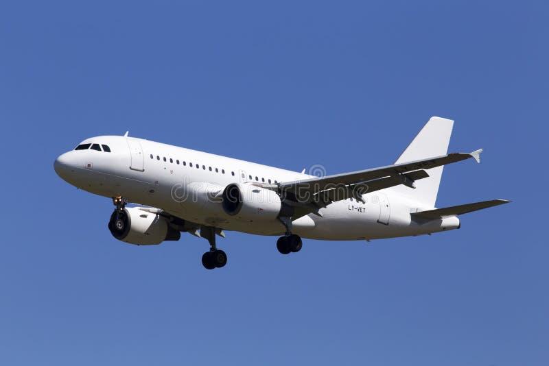 LY-VET Avion Express Airbus A319-100 Flugzeuge auf dem Hintergrund des blauen Himmels stockfotos