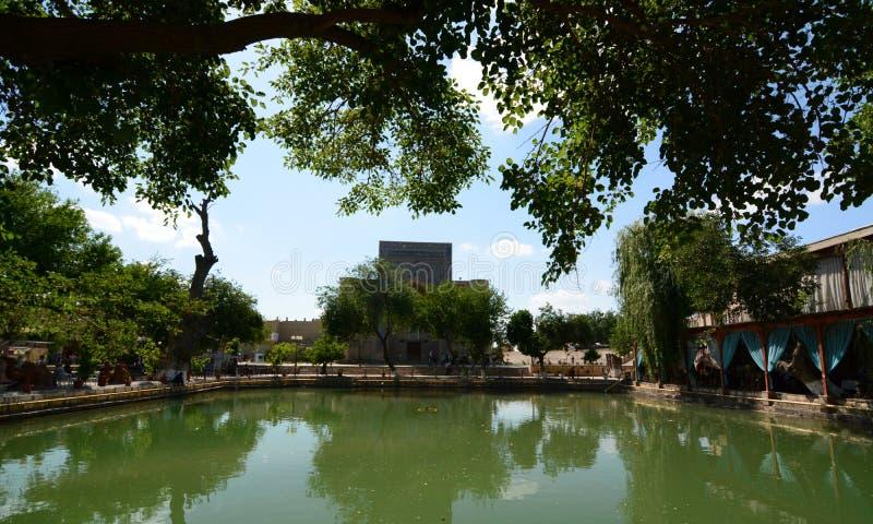 Lyab-i Hauz, il bacino centrale dell'acqua buchara uzbekistan immagine stock