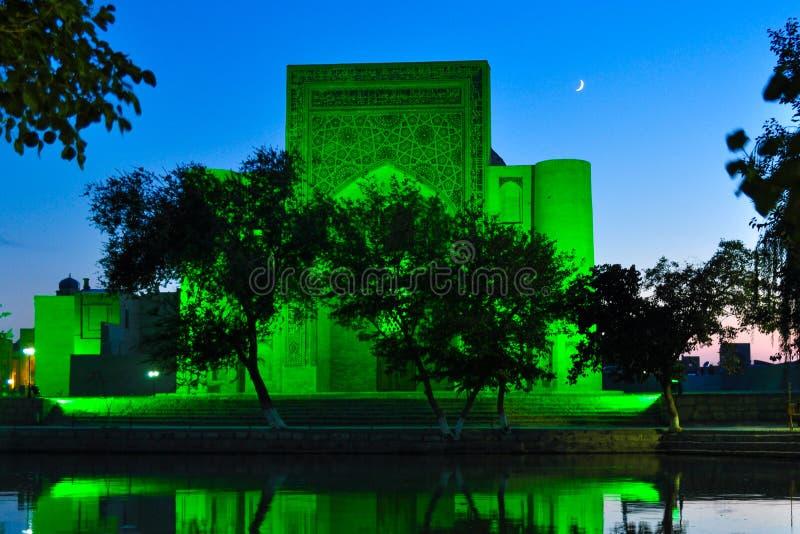 Lyabi Hauz przy nocą lokalizuje w dziejowej części Bukhara, obrazy royalty free