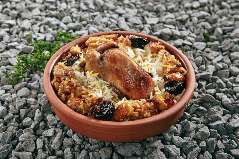 Lyavangi或Lavangi用烘烤鹌鹑用米和栗子关闭  免版税库存照片