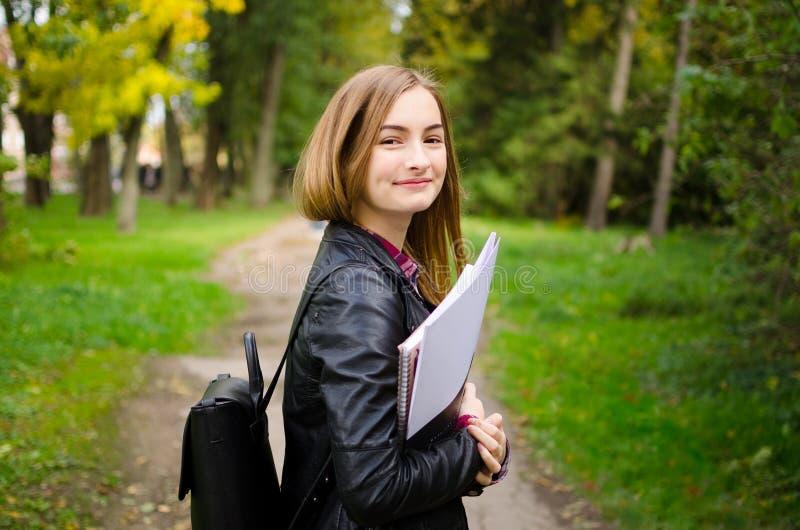 Lycée ou étudiant universitaire adulte adolescent ou jeune photographie stock libre de droits