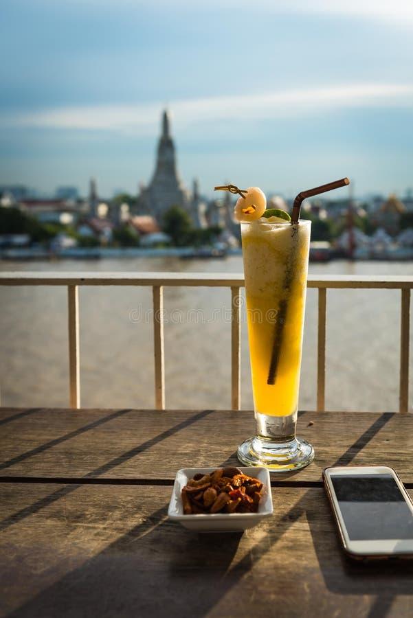 Lychee与腰果的鸡尾酒饮料作为快餐 免版税库存图片
