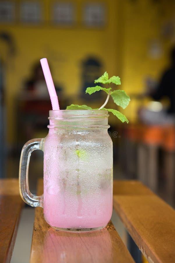 Lychee泡沫腾涌的饮料用薄菏和苏打 库存图片