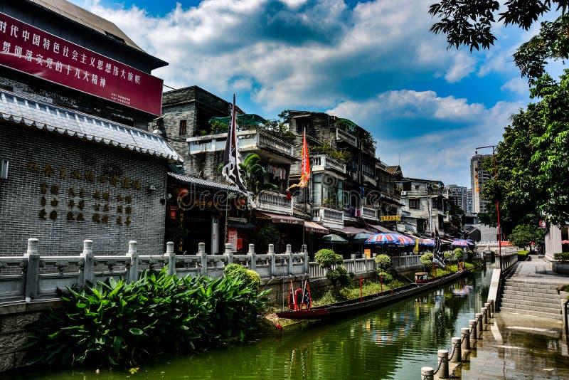Lychee海湾在广州,Chinaunder加宽在广州中国,流动在一座小的桥梁下的水荔枝海湾的天空  图库摄影