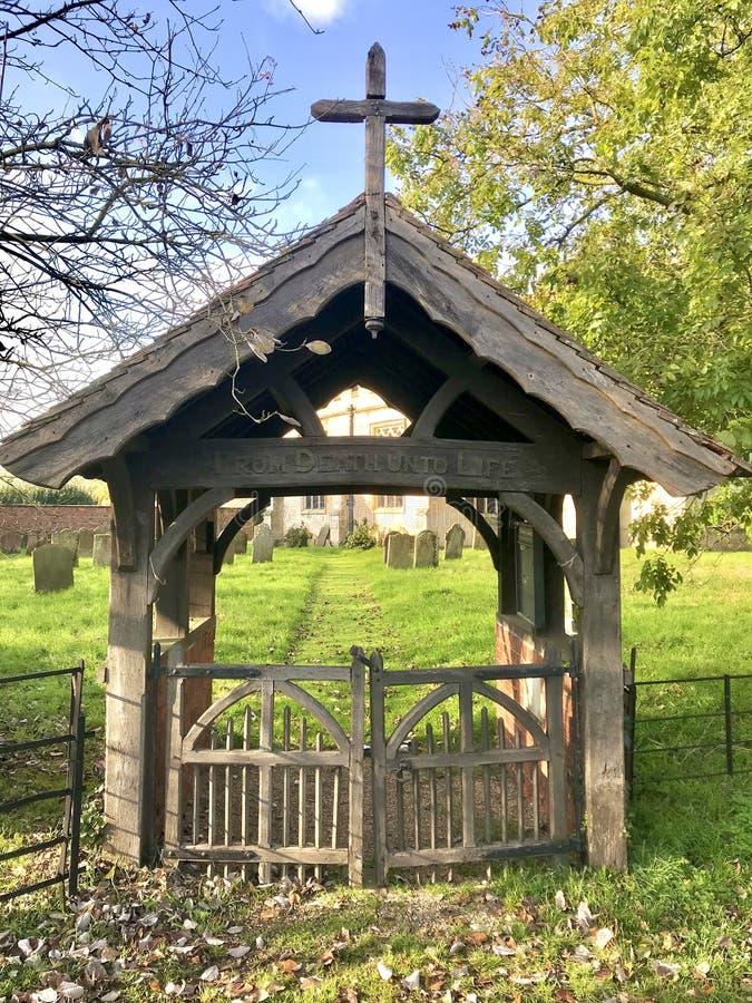 Lychgate à l'entrée de l'église au soleil photo libre de droits