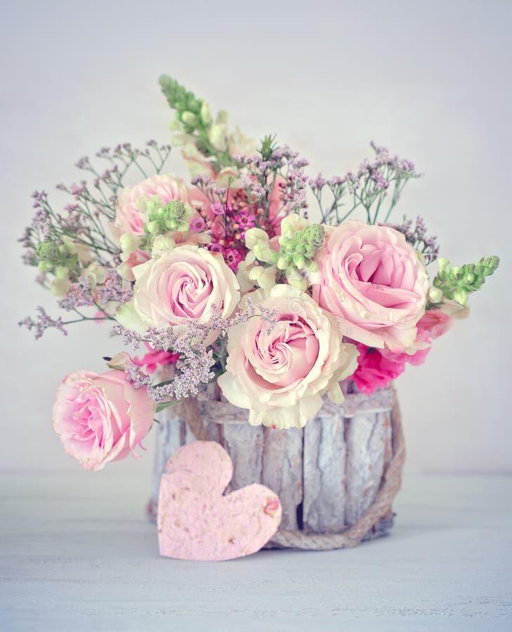 Lyckönskan med blommor arkivbilder