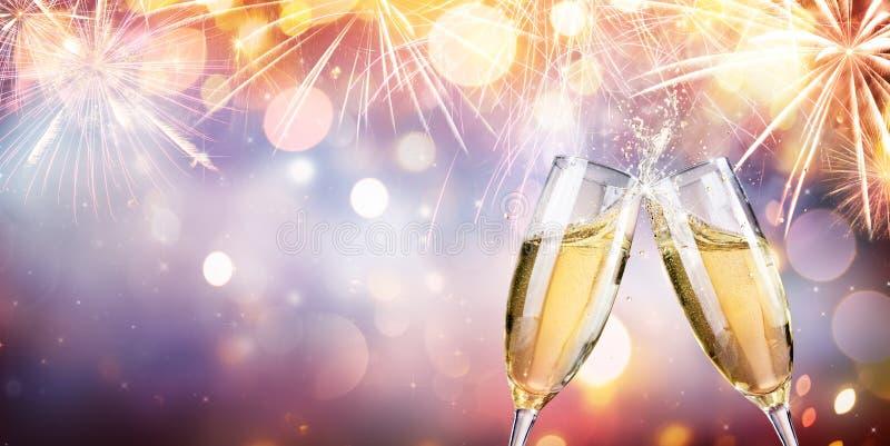Lyckönskan med Champagne - rostat bröd med flöjter arkivfoto
