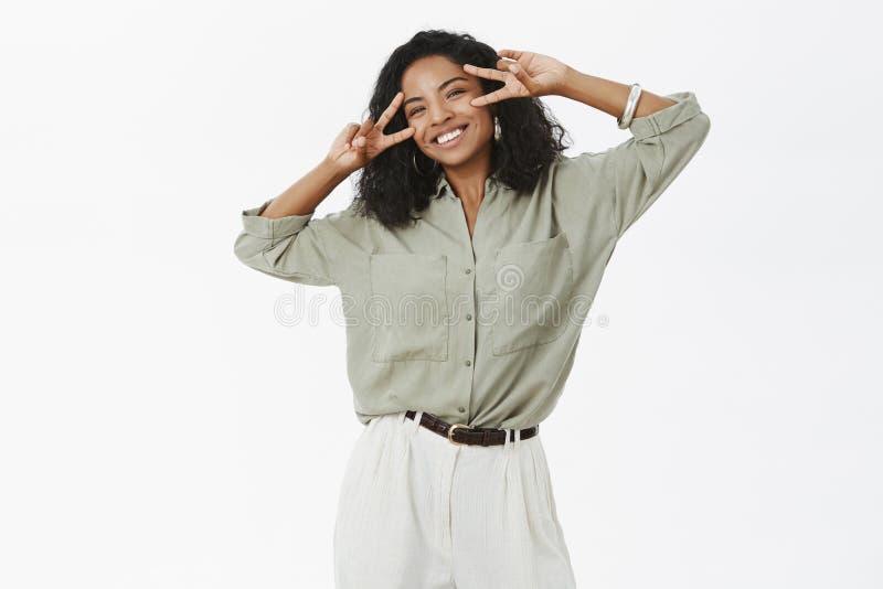 Lycka är nära Stående av den bekymmerslösa charmig och för upptakt för ung afrikansk amerikan lyckade kvinnlign i blus och flåsan arkivfoto
