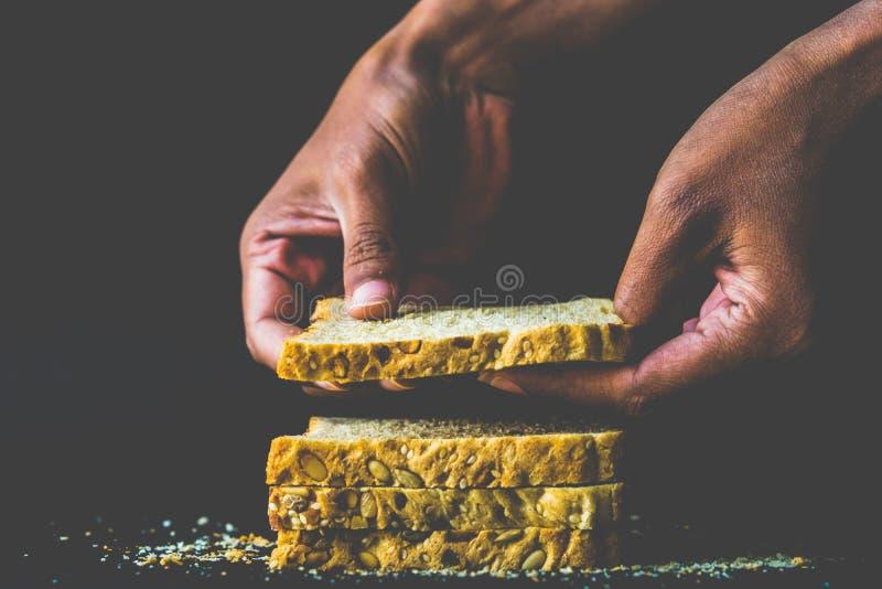 Lycka är Nytt bakat bröd! royaltyfri foto