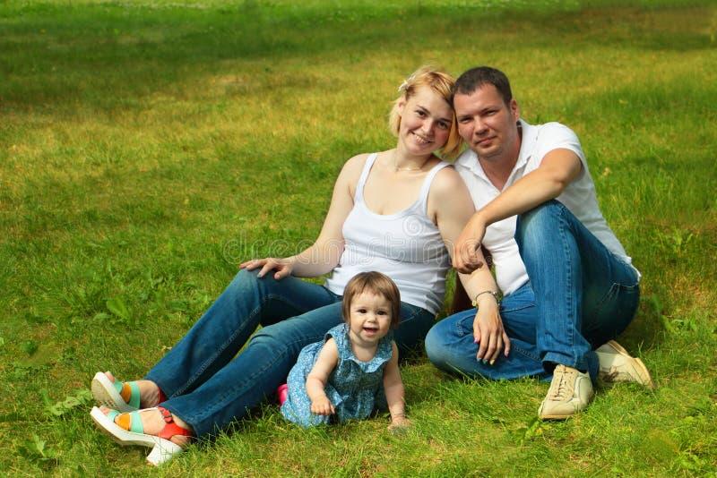Lycka och harmoni i familjeliv lycklig begreppsfamilj arkivfoton