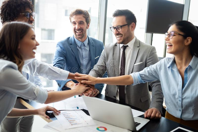Lyckad affärsgrupp människor på arbete i regeringsställning arkivbilder