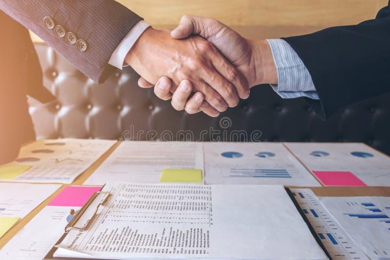 Lyckad affärshandskakning, två säkra affärskollegor arkivbilder