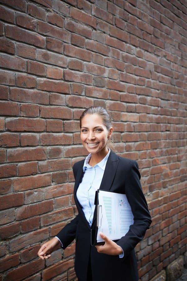 Lyckad affärskvinna royaltyfri bild