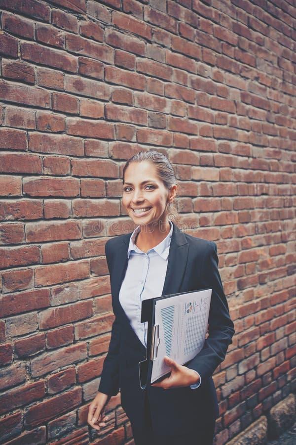 Lyckad affärskvinna royaltyfria foton