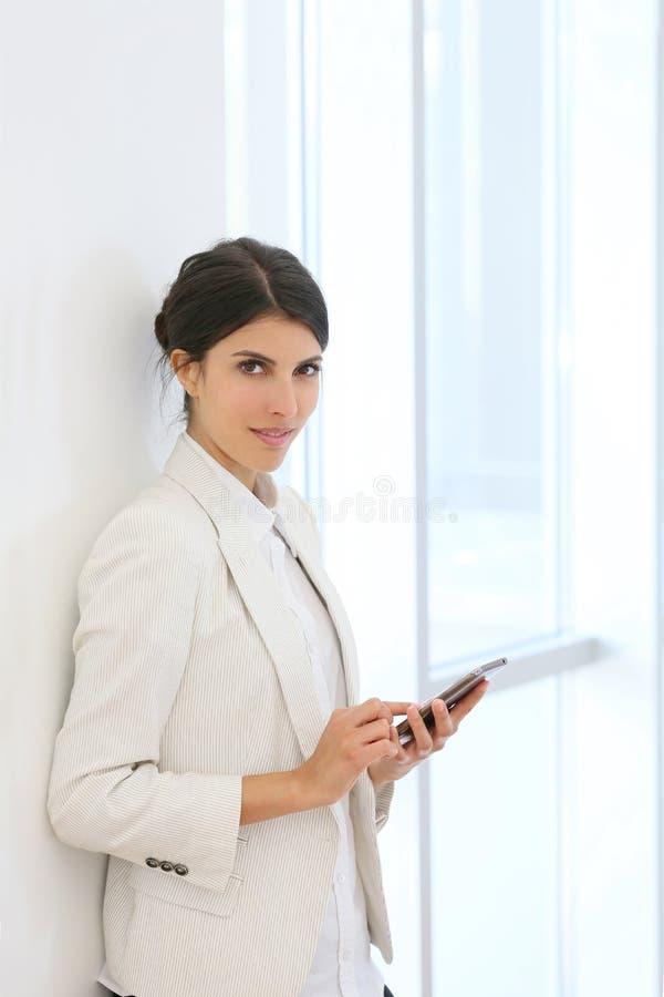Lyckad affärskvinna på smartphonen royaltyfria foton