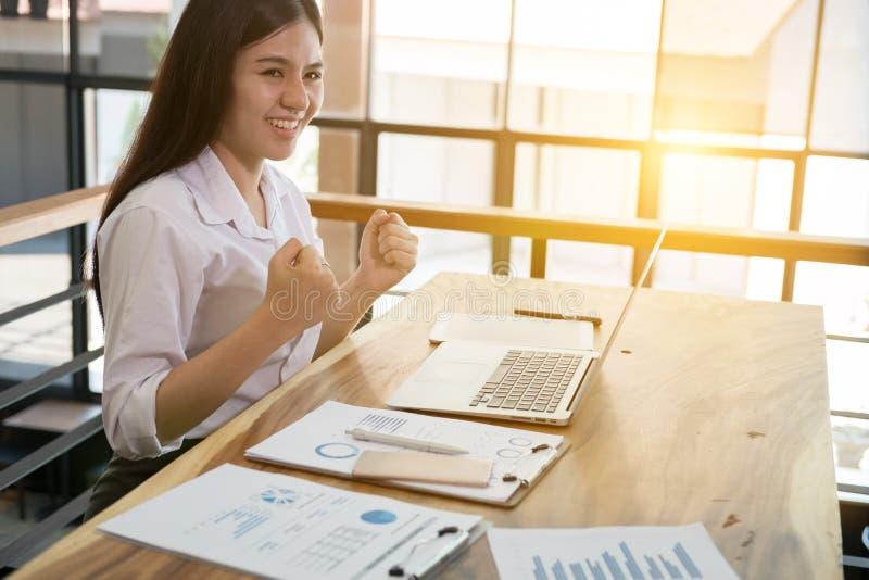 Lyckad affärskvinna som arbetar i kontoret lycklig kvinnlig sta arkivbild